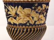 Zsolnay kaspó kék alapon virág dekorral