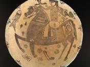 Perzsa tál lovas díszítéssel