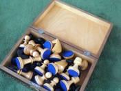 Faludy György kedvenc sakk készlete zárható faragott díszdobozban