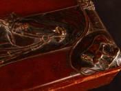 Borg, George: Szecesziós láda ló relieffel