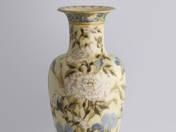 Zsolnay váza írisz és bazsarózsa dekorral