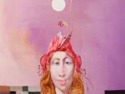 Lány piros kalapban